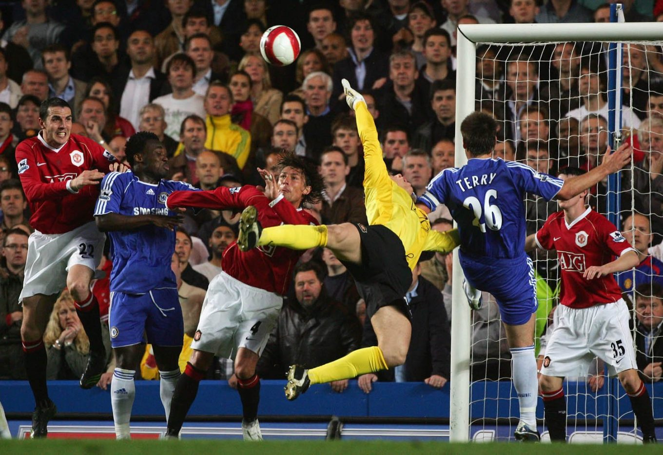 LONDON - MAY 09: Tomasz Kuszczak of Manchester United (3R) stretches for the ball under pressure from John Terry of Chelsea (2R) during the Barclays Premiership match between Chelsea and Manchester United at Stamford Bridge on May 9, 2007 in London, England. (Photo by Mike Hewitt/Getty Images) *** Local Caption *** Tomasz Kuszczak;John Terry